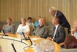 Gespräch mit Jochen Ritter und dem Parlamentarischen Staatssekretär Klaus Kaiser über die miterlebte Sitzung im Plenarsaal soweit zum Thema Ehrenamt im SGV                                Foto: R. Heer