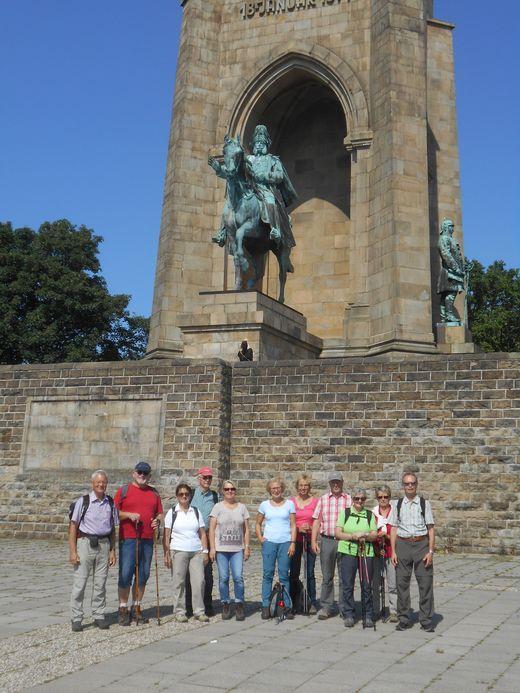 auf der Hohensyburg vor dem Kaiser-Wilhelm-Denkmal
